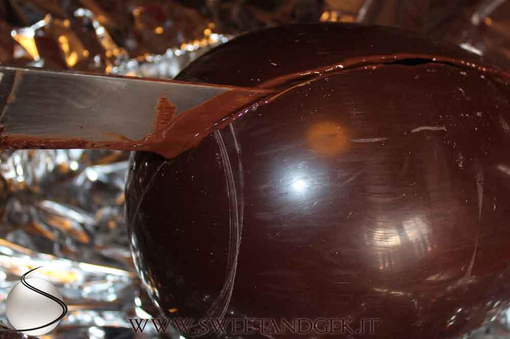 tagliando l'uovo di cioccolato